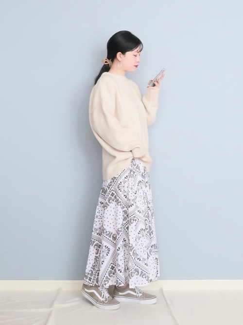 白ニット×柄スカートの春の女性向けコーデ