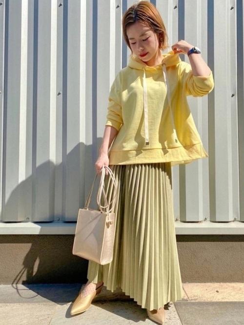 黄色パーカー×緑スカートの春コーデ