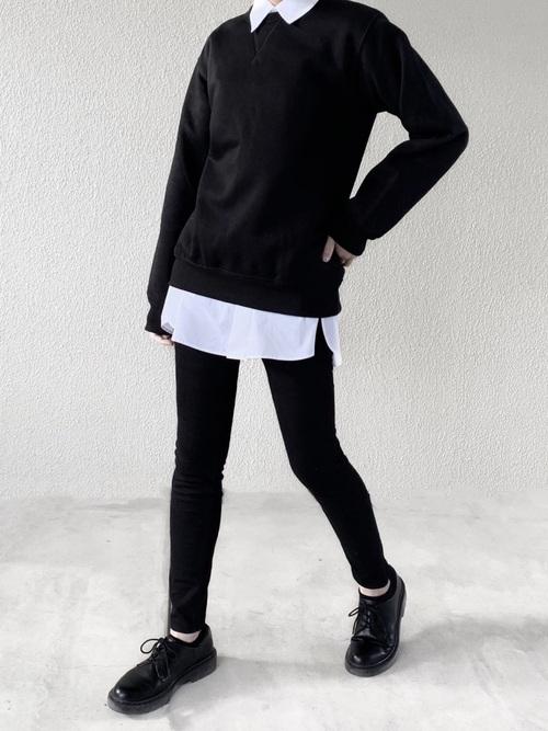 白シャツ×黒ニット×黒スキニーコーデ