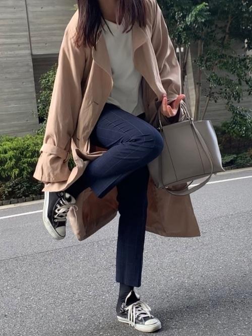 トレンチコート×紺パンツの女性向けコーデ