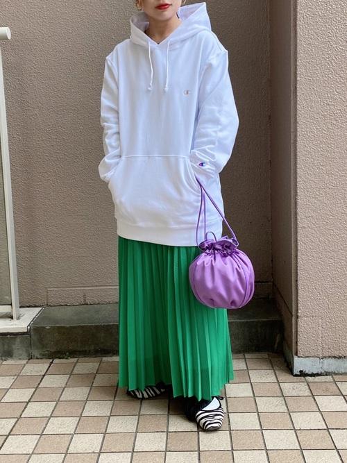 白パーカー×緑プリーツスカートの春コーデ