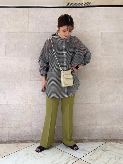 ギンガムチェックシャツ×緑パンツコーデ