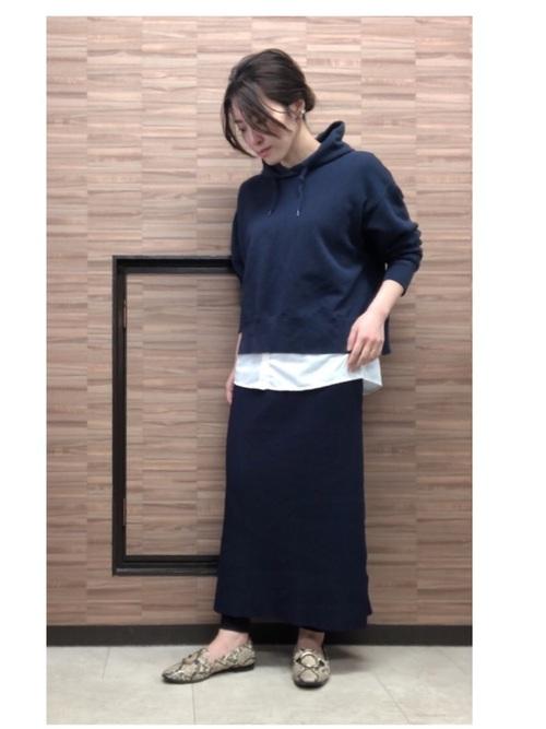 紺パーカー×ロングタイトスカートの春コーデ