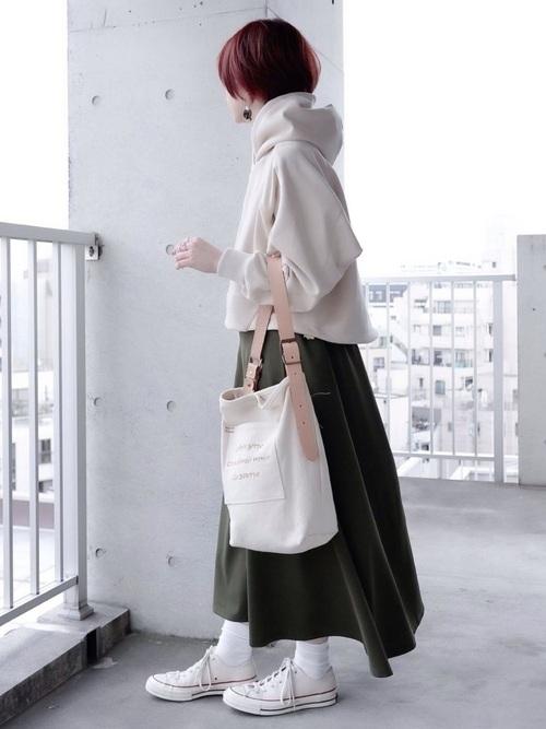 白パーカー×カーキロングスカートの春コーデ