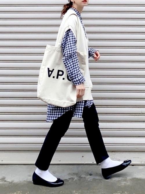 ギンガムチェックシャツ×白ベストコーデ