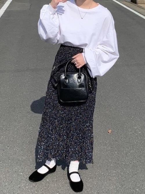 ユニクロの花柄ネイビープリーツスカート
