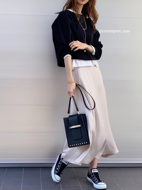 GUスウェット×白サテンスカートの春コーデ