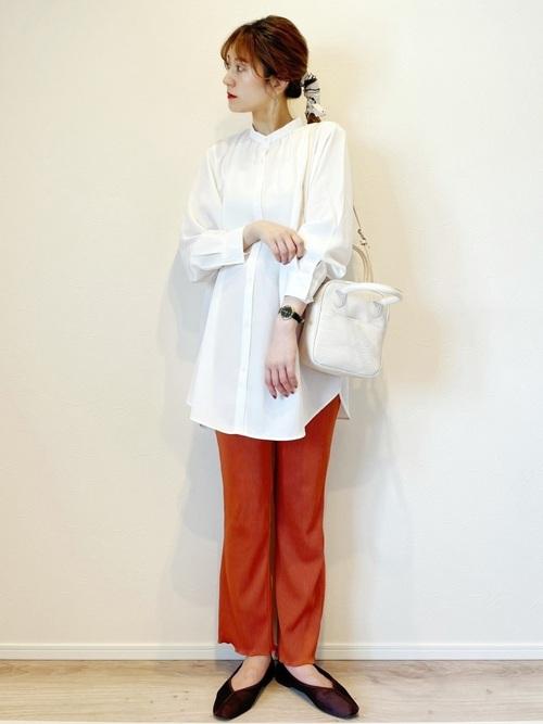 GU白シャツ×カラーパンツの旬コーデ