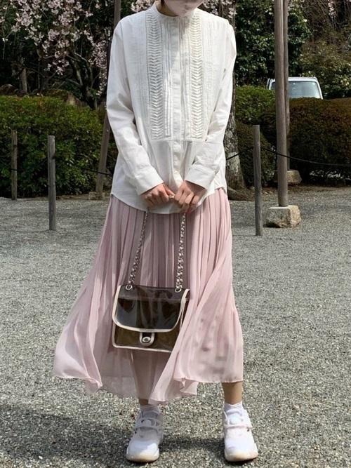ユニクロのピンクプリーツスカートの甘めコーデ