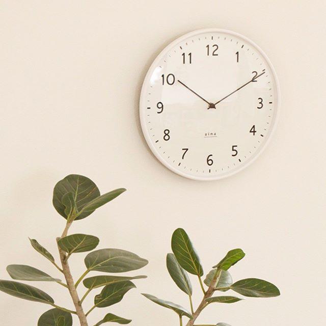 アイナの白い壁掛け時計