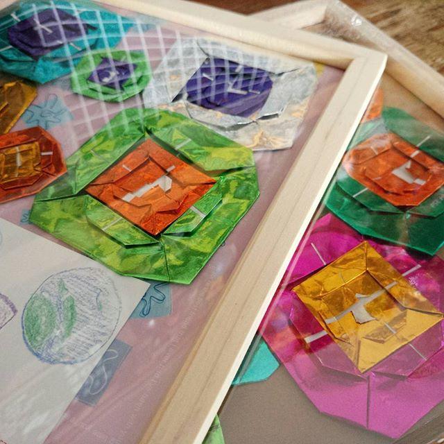 カラフルな折り紙の花畑
