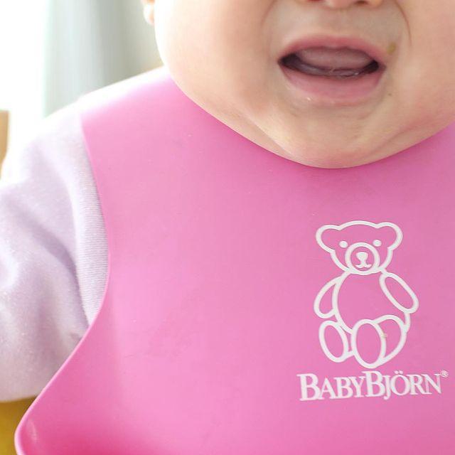 シリコンのお食事エプロンをした赤ちゃん