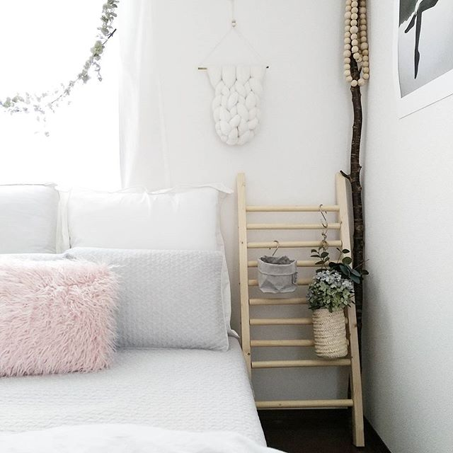 シンプルで明るい寝室