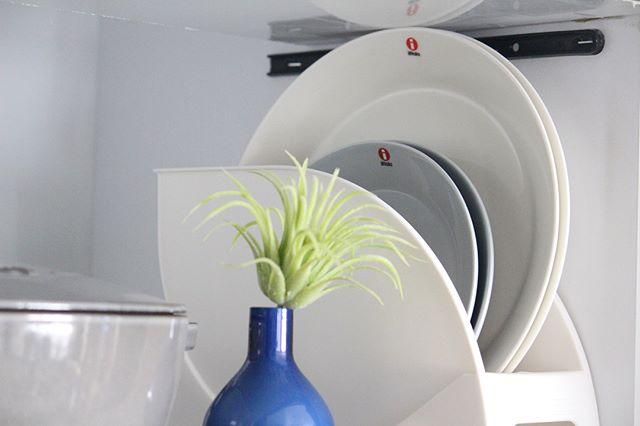 大皿をニトリのスタンドに立てる収納