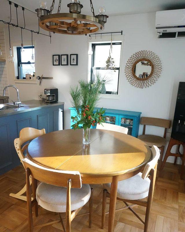 丸テーブルを置くダイニングキッチンレイアウト