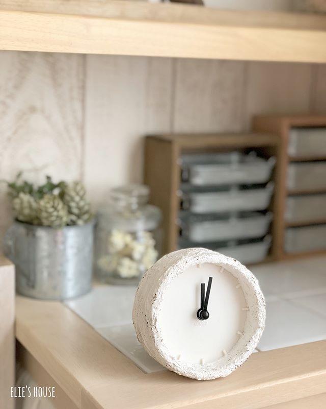 漆喰塗りのシンプルな時計で刻む時間