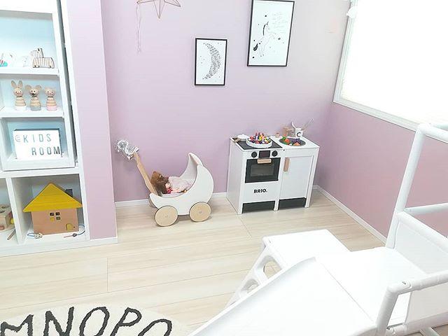 子供部屋には明るいピングの可愛い壁紙