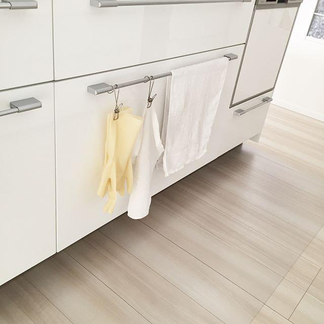 キッチン収納のドアにゴム手袋を吊るして収納