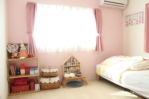 ピンクの壁がキュートな子ども部屋