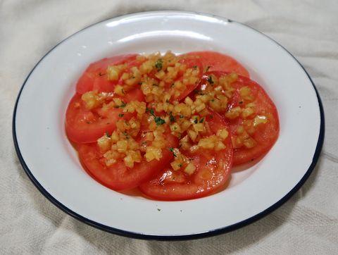 トマトの玉ねぎドレッシングがけ
