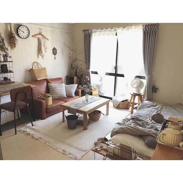 8畳のお部屋にベッドとソファを対面配置