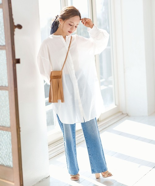 白チュニックシャツのリラックスコーデ