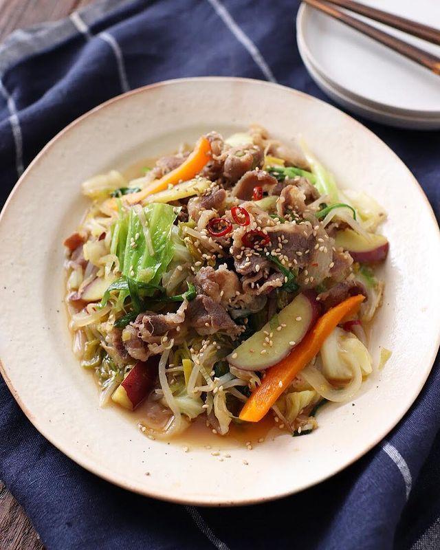 プルコギ、韓国料理、牛肉、キャベツ、人参、玉ねぎ、サツマイモ、もやし、唐辛子