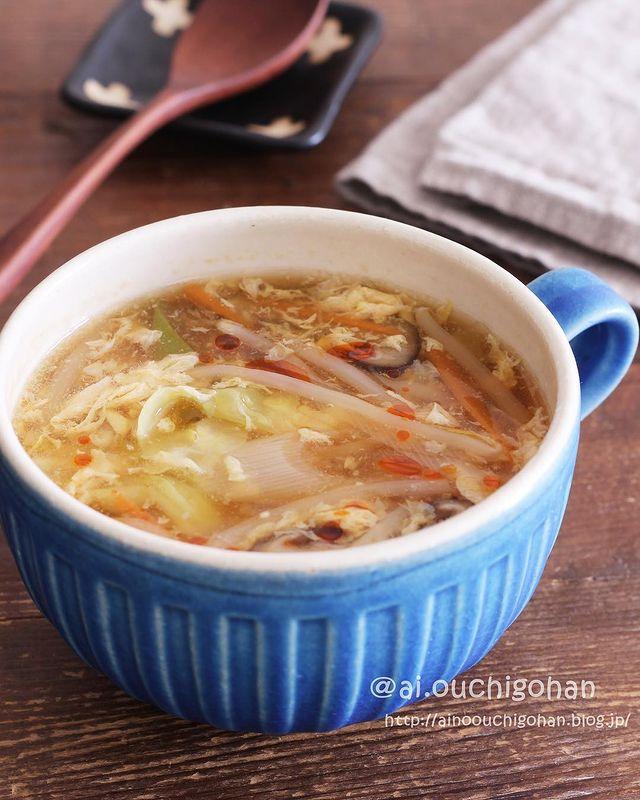 もやし、たまご、キャベツ、にんじん、しいたけ、ねぎ、スープ、ラー油。
