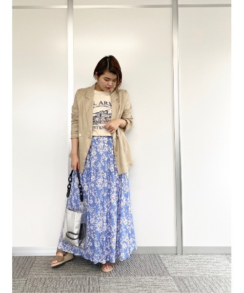 春の水色スカートの大人向けコーデ3