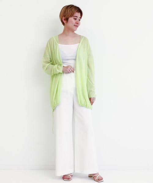 白フレアパンツ×緑カーディガンの春コーデ