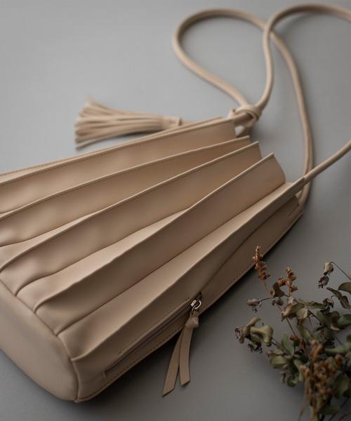 エッジィなプリーツデザインの通勤バッグ