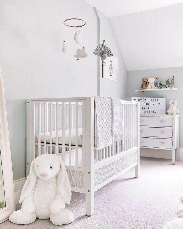 白でまとめた乳幼児のお部屋