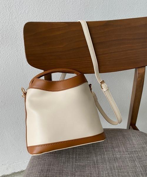 コンビ素材が大人女性らしい通勤バッグ