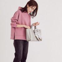 大人女性に合うグレーバッグの旬コーデ。2021年のおしゃれな着こなしテク