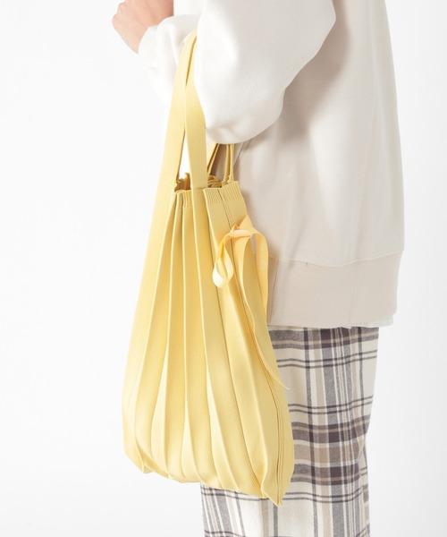 きれいなイエローが新鮮なプリーツバッグ