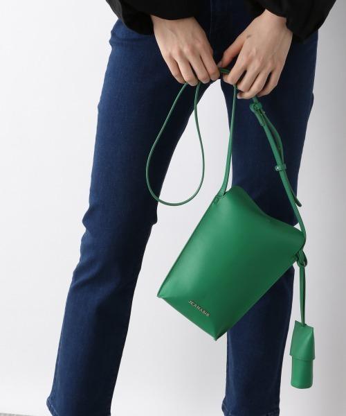 ダークなファッションの差し色にしたいバッグ