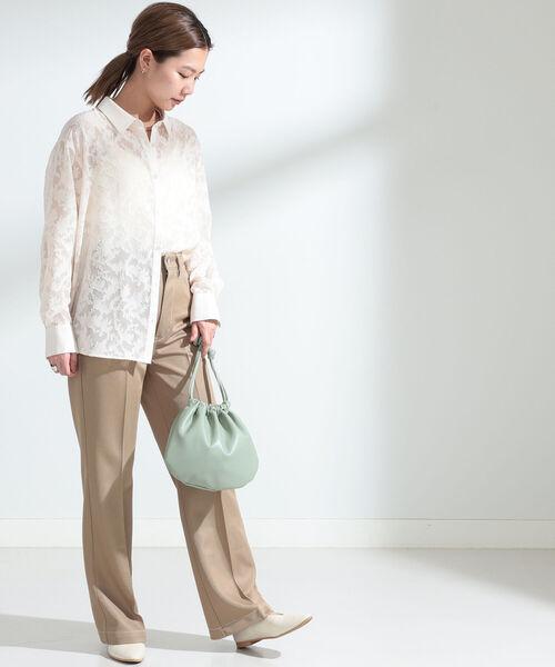 ベージュフレアパンツ×レースシャツの春コーデ