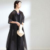 夏でも黒ワンピースをさらっと着こなす。季節感を演出する大人コーデのコツ
