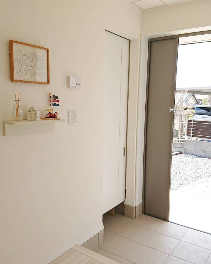清潔感のある玄関のおしゃれな壁紙