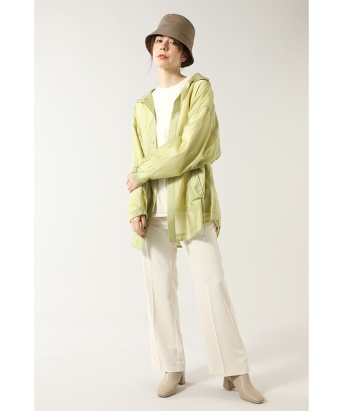 白フレアパンツ×緑ロングシャツの春コーデ