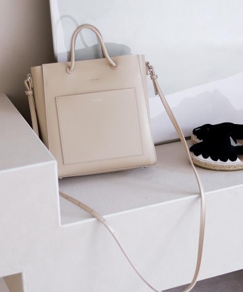 モダンなスクエア型のレザーハンドバッグ