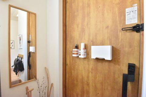 マスクや除菌スプレーは玄関ドアに設置