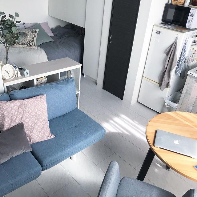 ワンルームのキッチンを中心に家具配置
