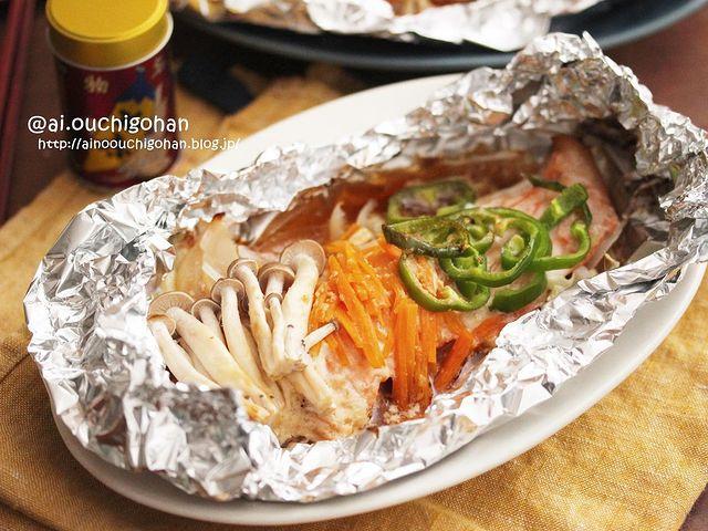 鮭、しめじ、にんじん、玉ねぎ、キャベツ、ピーマン、ホイル包み
