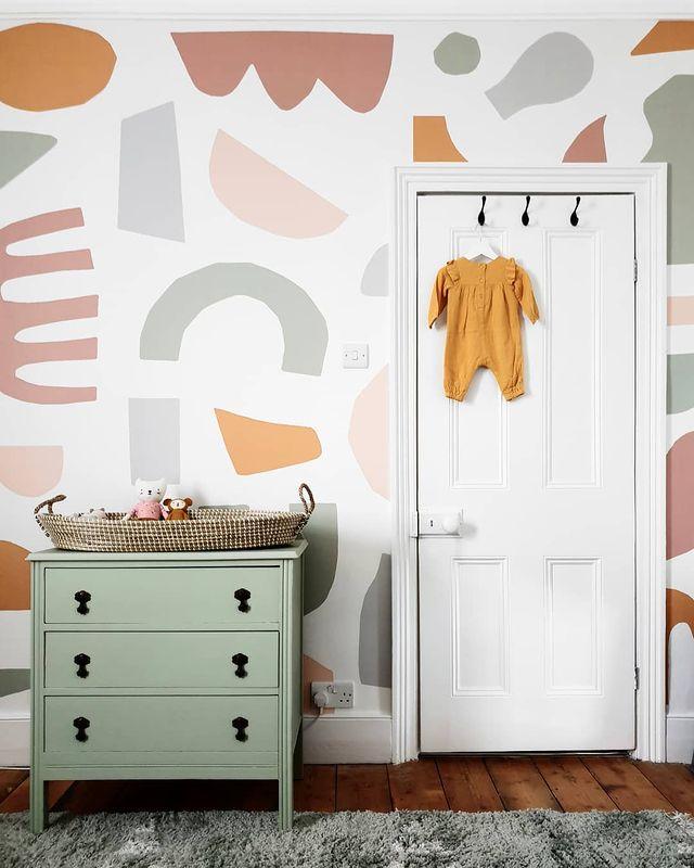 ポップな壁紙の子ども部屋