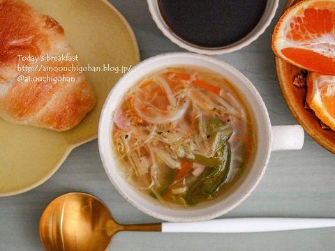 コンソメ、スープ、ベーコン、ピーマン、キャベツ、玉ねぎ、人参、ロールパン、オレンジ。