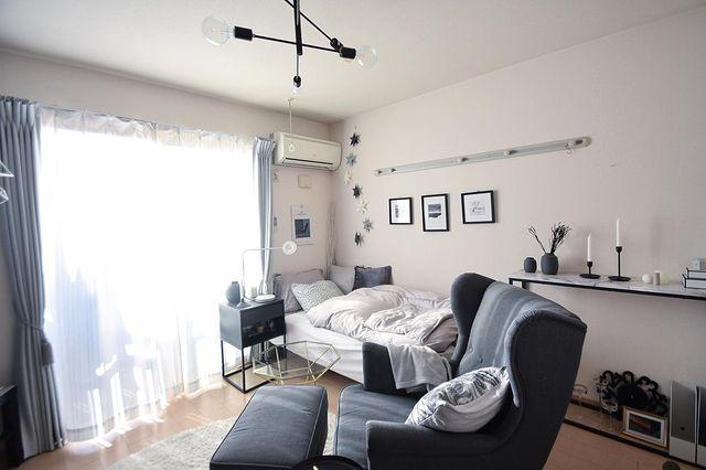 6畳のお部屋のベッドの対角線上にソファを配置