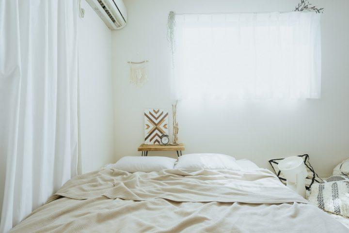 クイーンサイズの大きなベッド