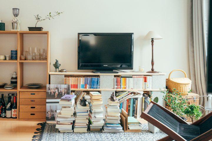 テレビボードにもなる自作の本棚