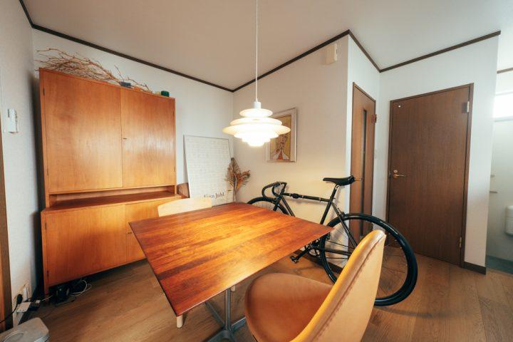 床色と合わせた棚やダイニングテーブルを配置